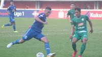 Duel sengit striker PSIS, Silvio Escobar (kiri) dengan bek PSS, Purwaka Yudi di Stadion Maguwoharjo, Rabu (17/7/2019). (Bola.com/Vincentius Atmaja)