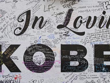 Fans meninggalkan pesan di dinding memorial Staples Center untuk legenda NBA Kobe Bryant, yang tewas dalam kecelakaan helikopter, di Los Angeles, California (31/1/2020). Kobe Bryant meninggal bersama putrinya Gianna dalam kecelakaan helikopter di Calabasas, California. (AFP/Mark Ralston)