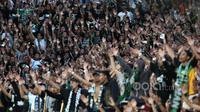 Tangan - tangan Brigata Curva Sud (BCS) saat mendukung timnya melawan Persipura Jayapura pada pembukaan Piala Presiden 2017 di Stadion Maguwoharjo, Sleman, Sabtu (4/2/2017). Tim Elang Jawa menahan imbang Persipura 0-0. (Bola.com/Nicklas Hanoatubun)