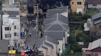 Asap mengepul saat kebakaran melanda studio animasi Kyoto Animation di Kyoto, Jepang, Kamis (18/7/2019). Stasiun televisi NHK melapor, seorang pria yang menuangkan bensin ke sekitar gedung animasi telah ditahan. (Kyodo News via AP)