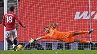 Pemain Manchester United, Bruno Fernandes cetak gol via penalti ke gawang Aston Villa, Sabtu (02/01/2021) dini hari WIB. (AFP)