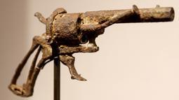 Pistol usang milik pelukis terkemuka asal Belanda, Vincent Van Gogh dipamerkan di sebuah rumah lelang di Paris, Prancis, 14 Juni 2019. Pistol yang disebut sebagai 'senjata paling terkenal dalam sejarah seni' itu dibeli oleh seorang kolektor pribadi melalui penawaran telepon. (FRANCOIS GUILLOT/AFP)