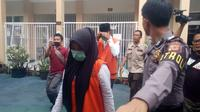 Salah satu terdakwa wanita dalam kasus video syur Vina Garut, tengah memasuki ruang sidang dalam sidang pembacaan tuntutan di Pengadilan Negeri Garut, Jawa Barat. (Liputan6.com/Jayadi Supriadin)