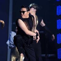 Penyanyi asal Korea Selatan, Park Jae Sang atau lebih dikenal dengan PSY penyapa penggemarnya di Indonesia. PSY beberapa waktu lalu tampil di Hall Ice BSD Tangerang Banten. (Adrian Putra/Bintang.com)