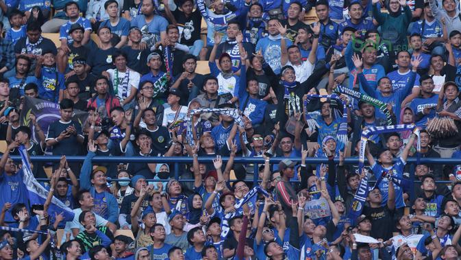 Antusias Bobotoh saat mendukung Persib Bandung melawan Mitra Kukar pada laga Liga 1 Indonesia di GBLA, (8/4/2018). Persib Bandung menang 2-0. (Bola.com/Nick Hanoatubun)#source%3Dgooglier%2Ecom#https%3A%2F%2Fgooglier%2Ecom%2Fpage%2F%2F10000