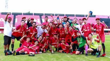 Pemain Jambe FC merayakan gelar juara Liga AYO Bali 2019 setelah mengalahkan Kupang FC di Stadion I Wayan Dipta, Gianyar, Bali, Minggu (30/6). Jambe FC menang 3-2 atas Kupang FC. (Dokumentasi Official)