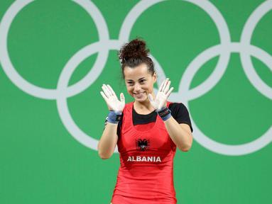 Atlet angkat besi wanita Albania, Evagjelia Veli saat mengikuti perlombaan angkat besi 53 kg putri pada Olimpiade 2016 di Rio de Janeiro , Brasil, (8/8). (REUTERS / Stoyan Nenov)