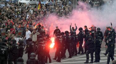 Aksi demonstrasi berlatar krisis imigran memicu kisruh besar-besaran di kota Chemnitz, Jerman, pada Minggu dan Senin, 26 dan 27 Agustus 2018 (AP)