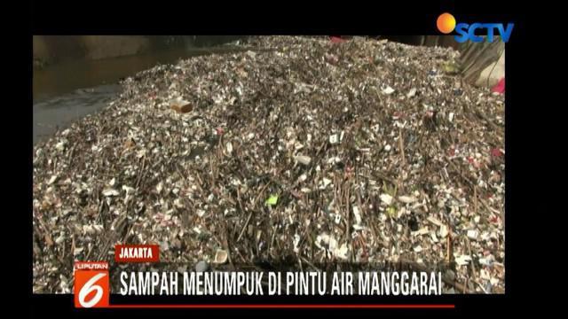 Tak hanya sampah rumah tangga, banyaknya sampah plastik hingga kayu dengan jumlah yang cukup besar menutupi seluruh rongga saluran pintu air.