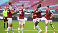 Striker West Ham United, Michail Antonio, merayakan keberhasilannya menjebol gawang Manchester City saat kedua tim berhadapan dalam laga pekan keenam Premier League di London Stadium, Sabtu (24/10/2020). (AFP/JUSTIN TALLIS)