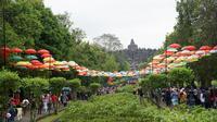 Pengunjung Candi Borobudur berjalan tertib dan rapi menuju candi terbesar di dunia ini. (foto : Liputan6.com/fajar abrori)