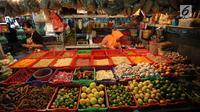 Pedagang merapihkan dagangannya di pasar di Jakarta, Rabu (20/12).  Jelang Natal dan Tahun Baru, harga bahan pokok di Jakarta mulai merangkak naik. Namun, kenaikannya masih belum tinggi hanya berkisar Rp2.000-5.000 per kg. (Liputan6.com/Angga Yuniar)