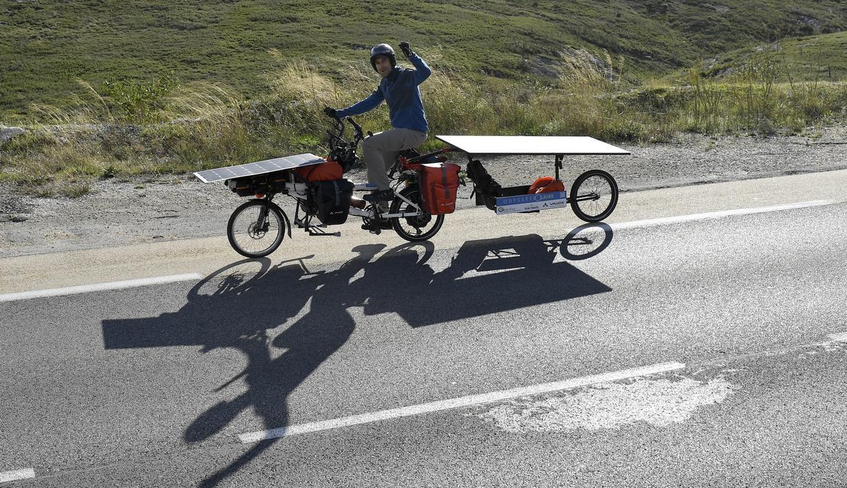 Jerome Zindy mengendarai sepeda listriknya yang bertenaga panel surya di jalan dekat Cassis, Prancis selatan, pada 23 Oktober 2020. Zindy memulai 'Tour de France' pada 25 Oktober untuk mempromosikan perjalanan dengan transportasi tanpa emisi. (Photo by NICOLAS TUCAT / AFP)