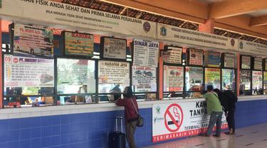 Suasana Terminal Kampung Rambutan jelang larangan mudik Lebaran 2021