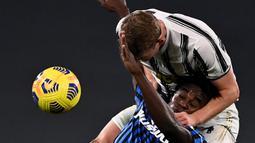 Bek Juventus, Matthijs De Ligt, berebut bola dengan penyerang Atalanta, Duvan Zapata, pada laga lanjutan Liga Italia di Allianz Stadium, Kamis (17/12/2020) dini hari WIB. Juventus bermain imbang 1-1 menghadapi Atalanta. (AFP/Marco Bertorello)