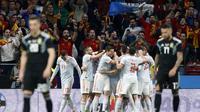Para pemain timnas Spanyol merayakan gol yang dicetak ke gawang timnas Argentina dalam laga uji coba di Wanda Metropolitano, Rabu (28/3/2018) dini hari WIB. (AP Photo/Francisco Seco)