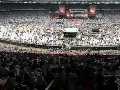 Ribuan pendukung memadati kampanye akbar capres dan cawapres Joko Widodo (Jokowi)-Ma'ruf Amin di Stadion Utama GBK, Senayan, Jakarta, Sabtu (13/15). Kampanye yang diisi dengan konser musik dari ratusan selebritas bertajuk Konser Putih Bersatu. (Liputan6.com/Herman Zakharia)