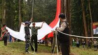 Ribuan warga menyaksikan pengibaran bendera Merah Putih raksasa di puncak Bukit Kambanglangit, Batang, Jawa Tengah. (Liputan6.com/Fajar Eko Nugroho)