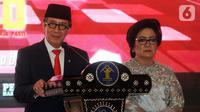 Yasonna Laoly (kiri) didampingi istrinya Elisye Widya Ketaren menyampaikan pidato saat serah terima jabatan Menteri Hukum dan Hak Asasi Manusia (Menkumham) di Jakarta, Rabu (23/10/2019). Yasonna Laoly menggantikan Tjahjo Kumolo yang sebelumnya menjabat Plt Menkumham. (merdeka.com/Dwi Narwoko)