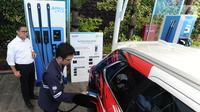 Petugas melakukan pengisian daya listrik pada salah satu kendaraan di Stasiun Pengisian Listrik Umum (SPLU) di PLN Gambir, Jakarta, Rabu (29/10/2019). Stasiun pengisian listrik tersebut tersebar di empat kota, yakni Tangerang, Bali Selatan, Jakarta, dan Bandung. (merdeka.com/Arie Basuki)
