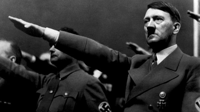 Adolf Hitler memberikan salam Nazi (AFP Photo)