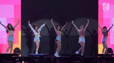 Girlband K-Pop, AOA tampil pada upacara penutupan Asian Para Games 2018 di Stadion Madya Senayan, Jakarta, Sabtu (13/10). Penampilan AOA membuat penonton penutupan Asian Para Games 2018 bergoyang. (Bola.com/Vitalis Yogi Trisna)