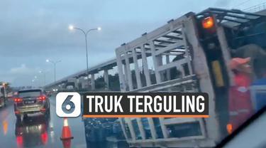 Truk pembawa puluhan galon air mineral terguling di jalan tol Jagorawi Selasa (14/1) pagi. Kecelakaan ini sempat memacetkan arus lalu lintas menuju cawang.