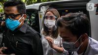 Selebritas Gisella Anastasia atau Gisel (tengah) didampingi pengacaranya tiba di Gedung Ditreskrimsus Polda Metro Jaya, Jakarta, Rabu (23/12/2020). Gisel memakai face shiled dan mulutnya juga tertutup masker putih. (Liputan6.com/Faizal Fanani)