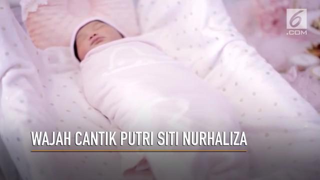 Siti Nurhaliza akhirnya memperkenalkan anak pertamanya dengan Datuk Seri Khalid Mohamad Jiwa ke publik.