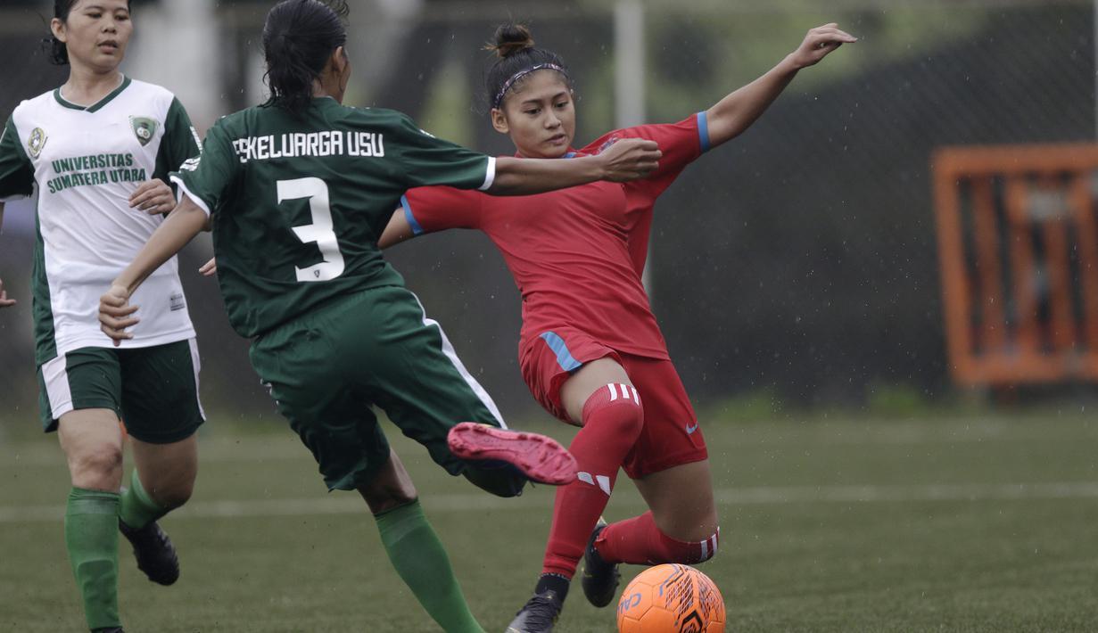Striker Bangka Belitung, Zahra Muzdalifah, mengontrol bola saat melawan Sumatra Utara pada laga Piala Pertiwi 2019 di Lapangan NYTC, Sawangan, Rabu (24/4). Babel unggul 5-0 atas Sumut. (Bola.com/Yoppy Renato)