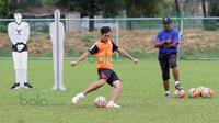 Pelatih Rahmad Darmawan saat mengawasi latihan T-Team di Lapangan Gong Badak, Kuala Terengganu, Malaysia, Selasa (26/01/2016). (Bola.com/Nicklas Hanoatubun)