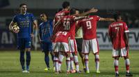 Para pemain Persija melakukan protes saat melawan Persib pada laga Liga 1 di Stadion GBLA Bandung, Jawa Barat, Sabtu (22/7/2017). Kedua klub bermain imbang 1-1. (Bola.com/Vitalis Yogi Trisna)