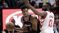 James Harden mencoba untuk halangi pergerakan center Miami Heat, Hassan Whiteside pada lanjutan NBA  (AP Photo/Lynne Sladky)
