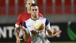 Penyerang Tottenham, Gareth Bale, berebut bola dengan bek Antwerp, Ritchie De Laet, pada laga lanjutan Liga Eruopa 2020/2021 di BosuilStadion, Jumat (30/10/2020) dini hari WIB. Tottenham kalan 0-1 oleh Antwerp. (AFP/John Thys)