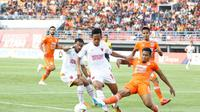 Striker PSM Makassar, Rahmat, berusaha untuk mengecoh pemain lawan saat bertanding menghadapi Borneo FC dalam laga pekan ke-13 Shopee Liga 1 2019 di Stadion Segiri Samarinda, Sabtu (10/8/2019). PSM kalah 0-2 dalam pertandingan ini. (Bola.com/Abdi Satria)