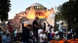 Umat muslim melaksanakan salat di luar Hagia Sophia, Istanbul, Turki, Kamis (23/7/2020). Alih fungsi bangunan gereja era Bizantium tersebut menjadi masjid telah memicu protes internasional. (AP Photo/Omer Kuscu)