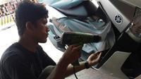 Bengkel yang menawarkan layanan pemasangan kaca film serta stiker mobil dan  motor mengalami penurunan pemasukan.