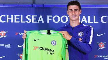 Kiper baru Chelsea Kepa Arrizabalaga berpose dengan jersey Chelsea saat perkenalan dirinya selama pers di Stamford Bridge, London, (9/8). Chelsea resmi membayar klausul pembelian Kepa senilai 80 juta euro ($ 92,6 juta). (AP Photo/John Stillwell)