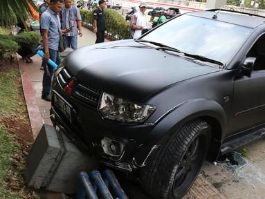 Sebuah mobil Pajero menabrak pembatas jalan di Jalan Rasuna Said, Jakarta, Kamis (29/9/2019). Mobil hitam berplat B 1275 RFP tersebut menabrak trotoar sekitar pukul 15.30 WIB. (Liputan6.com/Herman Zakharia)