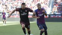 Mateo Musacchio (kiri) berduel dengan gelandang Barcelona, Rafinha (AP Photo/Tony Avelar)