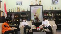 Menko PMK Muhadjir Effendy minta setiap kabupaten/ kota memiliki paling sedikit satu mesin PCR saat bertemu Bupati Madiun Ahmad Dawami dan Wali Kota Madiun Maidi di Kantor Wali Kota Madiun, Jawa Timur, Jumat (17/7/2020). (Dok Kementerian Koordinator Bidang Pembangunan Manusia dan Kebudayaan)