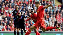 Kapten Liverpool Steven Gerrard bersiap melakukan tembakan keras pada pertandingan sepak bola Liga Premier Inggris antara Liverpool vs Crystal Palace di stadion Anfield (05/10/13). (AFP/Paul Ellis)