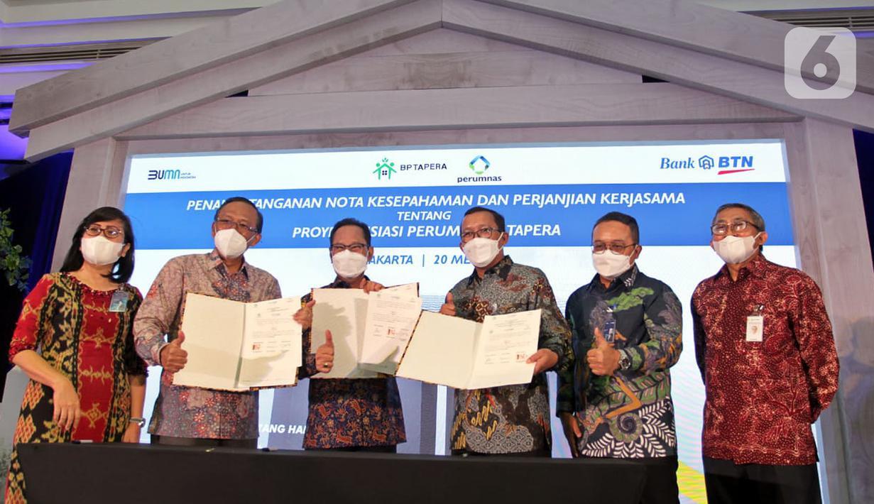 Direktur Utama PT Bank Tabungan Negara (Persero) Tbk. Haru Koesmahargyo (ketiga kanan), Komisioner Badan Pengelola Tapera Adi Setianto (ketiga kiri), Dirut Perumnas Budi Saddewa Soediro (kedua kiri) menunjukkan Nota Kesepahaman di Jakarta, Kamis (20/5/2021). (Liputan6.com/HO/BTN)
