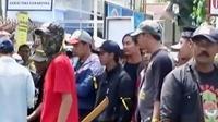 Dua ormas terlibat bentrokan di Samarinda dua mobil rusak. Sementara itu, warga menyerahkan gadis remaja yang ditemukan pingsan.