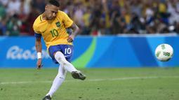 Pemain Timnas Brasil Neymar (10) saat menendang bola ke gawang Timnas Jerman dalam adu penalti di Olimpiade Rio 2016 di Brasil (20/08). (REUTERS / Marcos Brindicci)