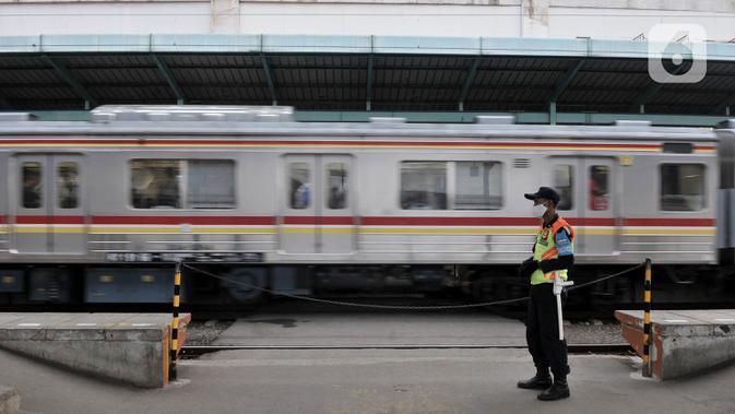 Petugas keamanan berjaga di salah satu peron Stasiun Manggarai, Jakarta, Kamis (16/4/2020). PT KCI menyatakan jumlah penumpang kereta listrik (KRL) terus menurun selama pemberlakuan Pembatasan Sosial Berskala Besar (PSBB) di Jabodebek hingga 50 persen. (merdeka.com/Iqbal S. Nugroho)