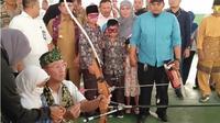 Mensos RI Agus Gumiwang Kartasasmita saat belajar memanah bersama anak-anak yang memerlukan perlindungan khusus di BRSAMPK Alyatama Jambi, Senin (14/10/2019). (Liputan6.com/Gresi Plasmanto)