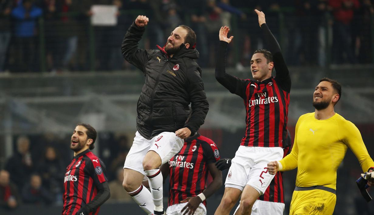 Striker AC Milan, Gonzalo Higuain, merayakan kemenangan atas SPAL pada laga Serie A di Stadion San Siro, Milan, Sabtu (29/12). Milan menang 2-1 atas SPAL. (AP/Antonio Calanni)