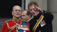 Pangeran Philip dan Pangeran Harry pada 2014.  (AP Photo/Lefteris Pitarakis, File)