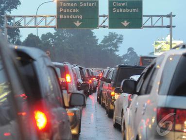 Antrean kendaraan di jalur puncak Cisarua pada sore hari, Jawa Barat, Kamis (25/12/14)  (Liputan6.com/Herman Zakharia)